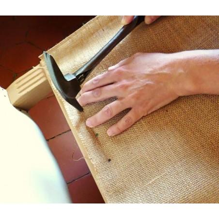 clouer les tissus sur les châssis en bois des meubles à tapissier